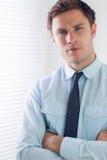 Элегантный бизнесмен при оружия пересеченные в офис Стоковое Изображение RF