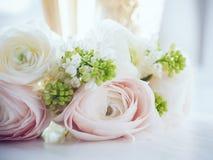 Элегантный букет цветков и 2 стекел вина Стоковое Изображение RF