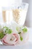 Элегантный букет цветков и 2 стекел вина Стоковые Изображения RF