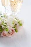 Элегантный букет цветков и 2 стекел вина Стоковые Фото