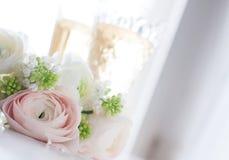 Элегантный букет цветков и 2 стекел вина Стоковое фото RF