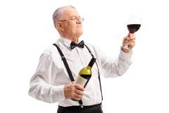 Элегантный зрелый человек держа стекло красного вина Стоковые Фотографии RF