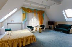 Элегантный и удобный интерьер спальни в гостинице Стоковое Фото