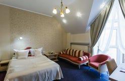 Элегантный и удобный интерьер спальни в гостинице Стоковая Фотография