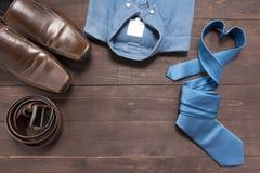 Элегантный комплект: коричневые ботинки ` s людей, коричневый кожаный пояс, голубая рубашка, Стоковое Фото