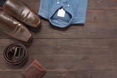 Элегантный комплект: коричневые ботинки ` s людей, коричневый кожаный пояс, голубая рубашка, Стоковая Фотография