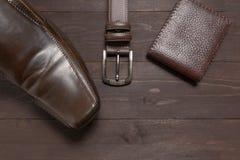Элегантный комплект: коричневый бумажник, ботинки коричневых людей, коричневый кожаный пояс Стоковые Изображения RF