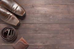 Элегантный комплект: коричневый бумажник, коричневые ботинки ` s людей, коричневый кожаный пояс Стоковые Фото