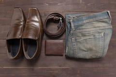 Элегантный комплект: коричневый бумажник, коричневые ботинки ` s людей, коричневый кожаный пояс Стоковое фото RF