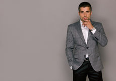 Элегантный красивый молодой человек в серой куртке стоковые фотографии rf