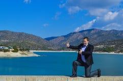 Элегантный красивый человек показывая большие пальцы руки вверх Стоковые Фотографии RF