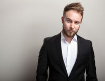 Элегантный молодой красивый бородатый человек в классическом черном костюме & белой рубашке стоковая фотография rf