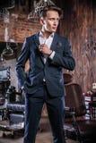 Элегантный молодой человек в парикмахерскае стоковое фото rf