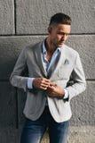 Элегантный молодой человек стоя около стены Стоковое Изображение