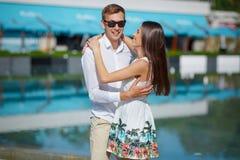 Элегантный мужчина и красивая женщина в белом платье на outdoors Шикарная девушка смотрит ее парня и усмехаться Стоковая Фотография RF
