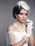 Элегантный портрет женщины брюнет моды с составом красоты и h Стоковое фото RF