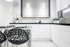 Элегантный современный интерьер кухни Стоковое фото RF