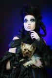 Элегантный темный ферзь с маленькой собакой Стоковые Изображения RF
