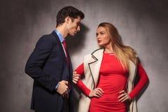 Элегантный человек и женщина смотря один другого Стоковое Изображение