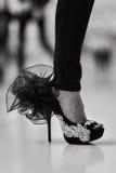 Элегантным черным ботинок накрененный максимумом стоковое фото