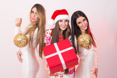 3 элегантных молодой женщины на новой Новогодней ночи Стоковые Изображения RF