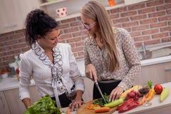 2 элегантных друз варя в кухне Стоковая Фотография