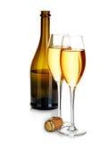 2 элегантных стекла шампанского на предпосылке коричневого конца-вверх бутылок изолированной на белизне праздничная жизнь все еще Стоковые Изображения RF