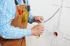 Электрики на работе проводки кабеля Стоковые Фото