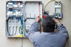 Электрик исправляя взрыватель Стоковое Изображение RF