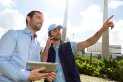 Электрик и инженер работая совместно на электрическом statio Стоковые Изображения RF