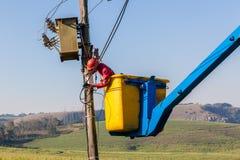 Электрик ремонтирует подъем трансформатора проводки Стоковые Изображения RF