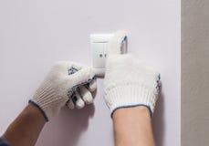 Электрик устанавливая выключатель, конец вверх по фото Стоковое Изображение RF