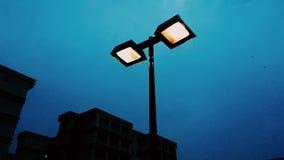 электрическая лампочка 2 в темносинем Стоковое Фото