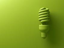 Электрическая лампочка зеленого eco энергосберегающая компактная дневная изолированная на зеленой предпосылке бесплатная иллюстрация