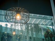 Электрическая лампочка и лампа Edison в современном стиле Теплая лампа электрической лампочки тона Лампы в кофейне Стоковые Изображения RF