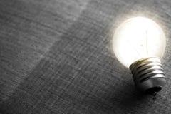 Электрическая лампочка которая стабилизированная и накаляя среди других стоковое изображение