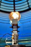 Электрическая лампочка маяка в маяке Fresnel навигации Стоковая Фотография