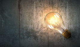 Электрическая лампочка на деревянной поверхности Стоковые Изображения