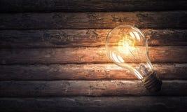 Электрическая лампочка на деревянной поверхности Стоковое Изображение