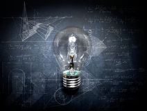 Электрическая лампочка на концепции идеи классн классного - предпосылке Стоковое фото RF