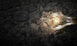Электрическая лампочка на поверхности кирпича Мультимедиа Стоковое Фото