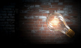 Электрическая лампочка на поверхности кирпича Мультимедиа Стоковое Изображение