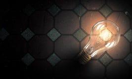 Электрическая лампочка на поверхности кирпича Стоковое Изображение