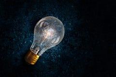 Электрическая лампочка на почве Мультимедиа Стоковая Фотография RF