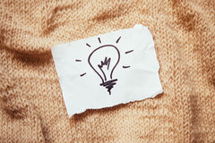 Электрическая лампочка на предпосылке старого стиля как концепция идеи или энергии Стоковые Фотографии RF