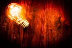 Электрическая лампочка на таблице стоковое изображение