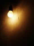 Электрическая лампочка на темной стене стоковая фотография rf
