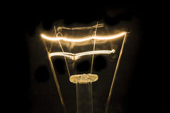 Электрическая лампочка нити в темноте Стоковое фото RF