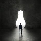 Электрическая лампочка перед бизнесменом Стоковая Фотография