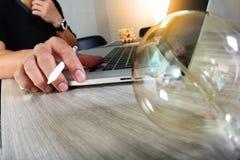 Электрическая лампочка при дизайнерская рука работая с портативным компьютером и c Стоковая Фотография